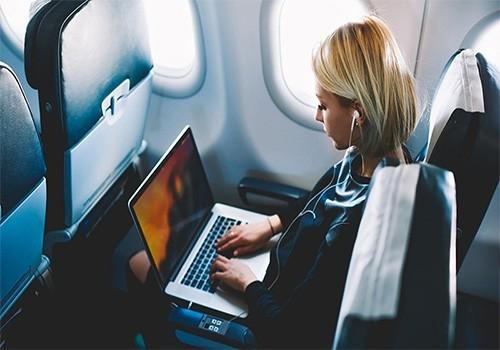 Luôn mang theo giấy tờ và vật dụng có giá trị lên máy bay